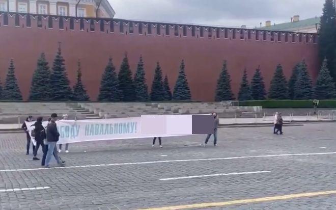 На Красной площади задержали активистов, растянувших плакат в поддержку Алексея Навального