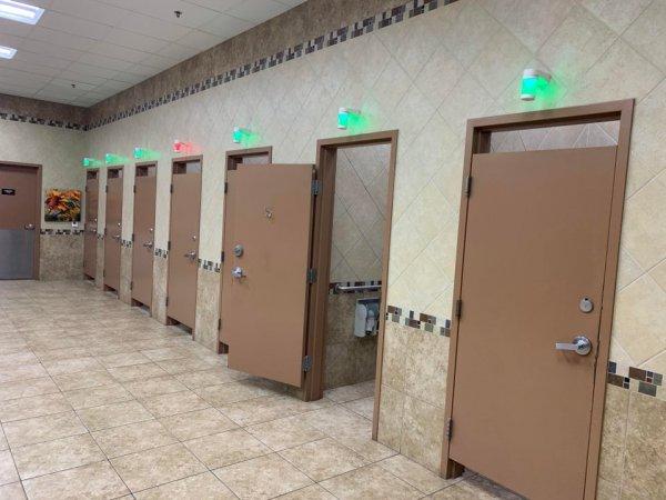 Над кабинками установлены индикаторы света, чтобы посетители могли понять, какой туалет свободен