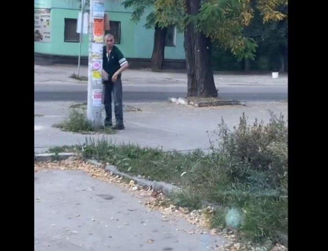 Уличный боец оттачивает свои навыки с помощью столба