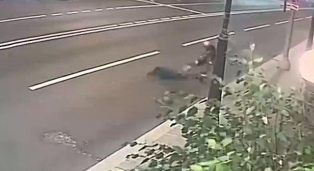 В Москве 22-летний грабитель напал на 77-летнюю женщину, но та смогла дать отпор - преступник задержан