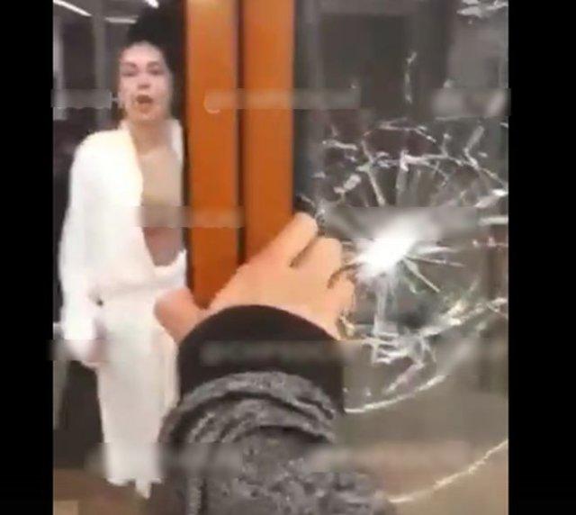 В Сочи безумная женщина разбила стеклянную дверь магазина