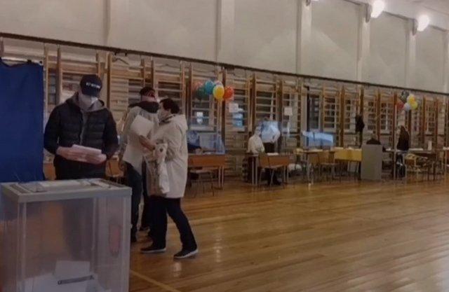 Выборы начались: камера поймала вброс на избирательном участке №1794 в Петербург